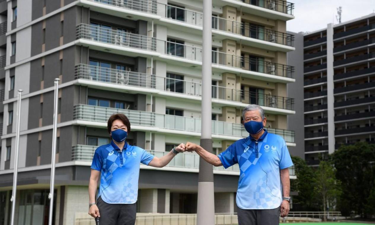 Seiko Hashimoto, presidente do comitê organizador, e Saburo Kawabuchi, prefeito da vila olímpica Foto: AKIO KON / AFP