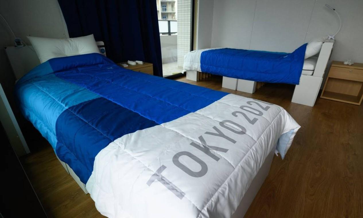 Camas feitas de material reciclável no quarto dos atletas Foto: AKIO KON / AFP