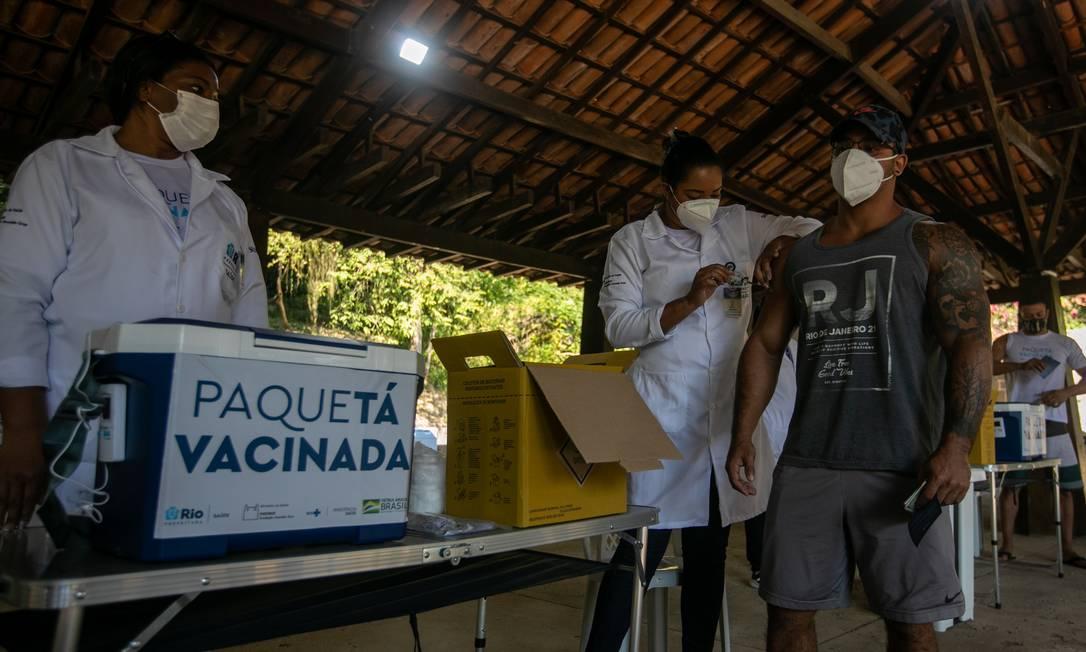 Paquetá já aplicou primeira dose contra Covid-19 em 96,2% de sua população como parte de um estudo de vacinação em massa conduzido pela Fiocruz Foto: Brenno Carvalho / Agência O Globo