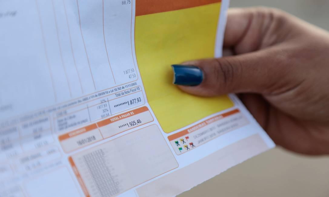 Sistema de bandeiras tarifárias foi adotado em 2015 e indica aos consumidores, na conta de luz, os custos da geração de energia elétrica Foto: Brenno Carvalho / Agência O Globo