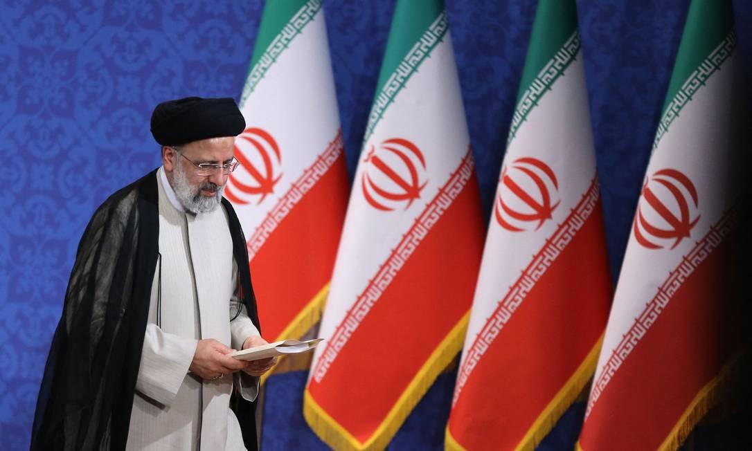 O conservador Ebrahim Raisi, eleito presidente do Irã, durante sua primeira entrevista coletiva, em Teerã, em 21 de junho de 2021 Foto: ATTA KENARE / AFP