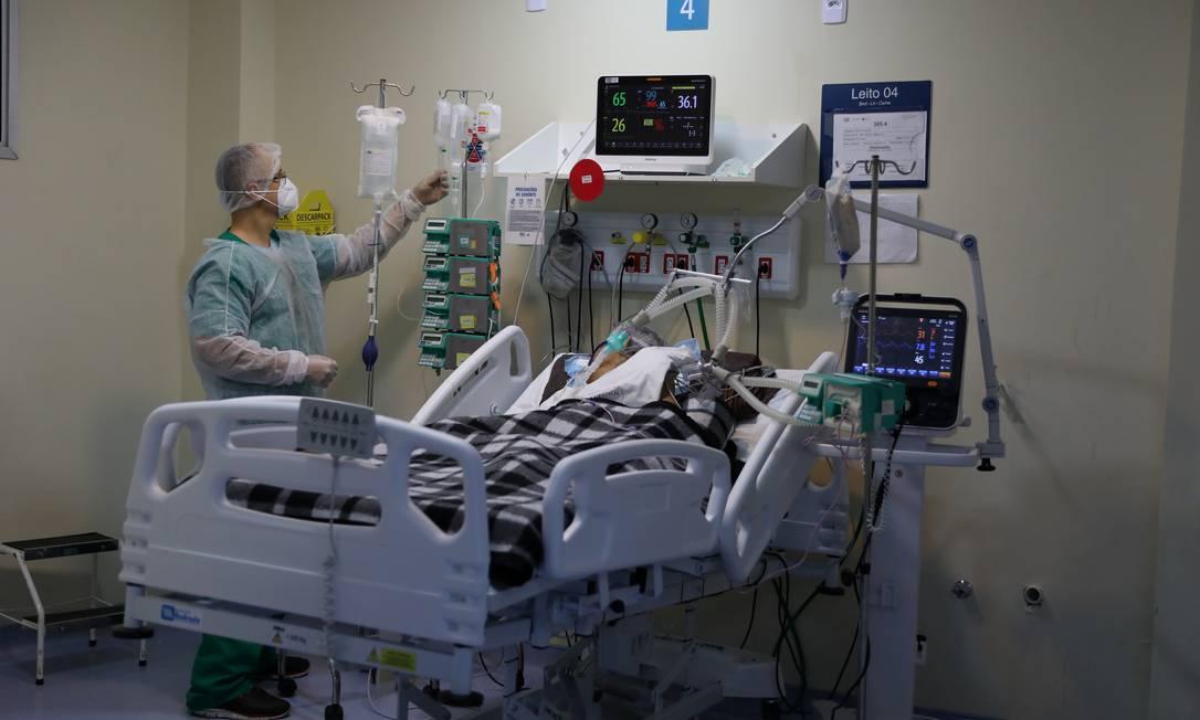 Agente de saúde atende paciente com Covid-19 na Unidade de Terapia Intensiva (UTI) do Hospital Ronaldo Gazolla, no Rio de Janeiro, em 18 de junho de 2021 Foto: PILAR OLIVARES / REUTERS