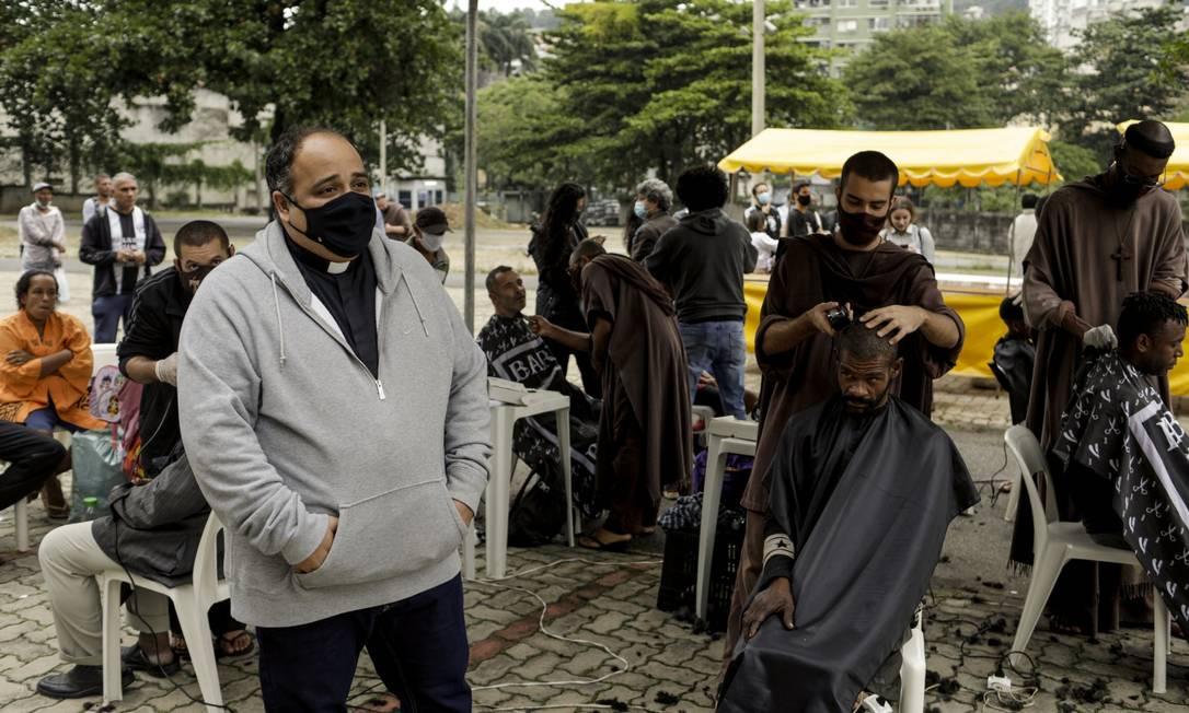 Padre Omar celebra seu aniversário com atividades voltadas para a população situação de rua, na Catedral Metropolitana, no Centro Foto: Gabriel de Paiva / Agência O Globo