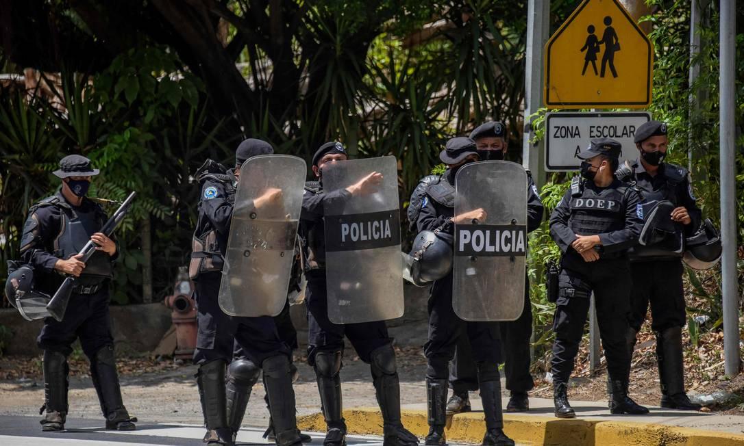 Policiais nicaraguenses bloqueiam acesso de jornalistas durante prisão da líder da oposição Foto: INTI OCON / AFP