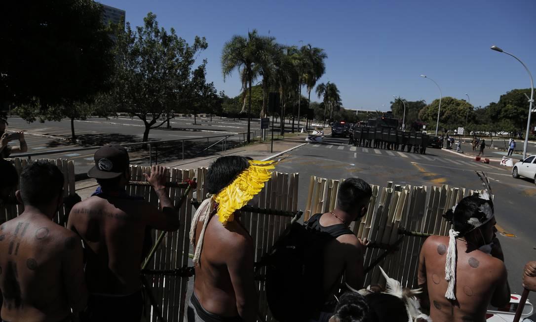 Indígenas se reúnem com escudos de bambu, diante da tropa de choque da polícia militar Foto: Pablo Jacob / Agência O Globo