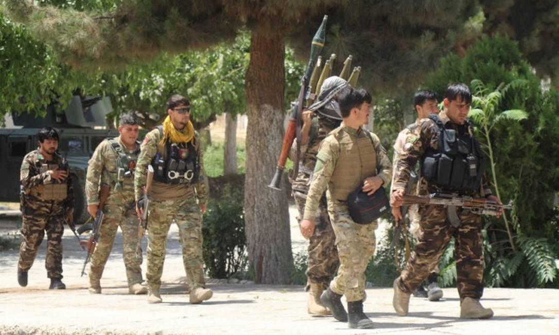 Soldados afegãos na província de Kunduz, onde disputam o controle com o Talibã Foto: STRINGER / REUTERS