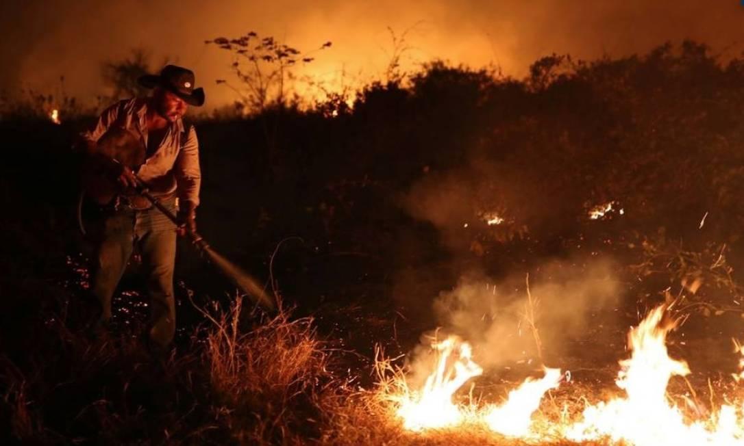 Funcionário de um fazenda tenta apagar um incêndio na propriedade em que trabalha no Pantanal, em Pocone, Mato Grosso Foto: AMANDA PEROBELLI/REUTERS/26-8-2020