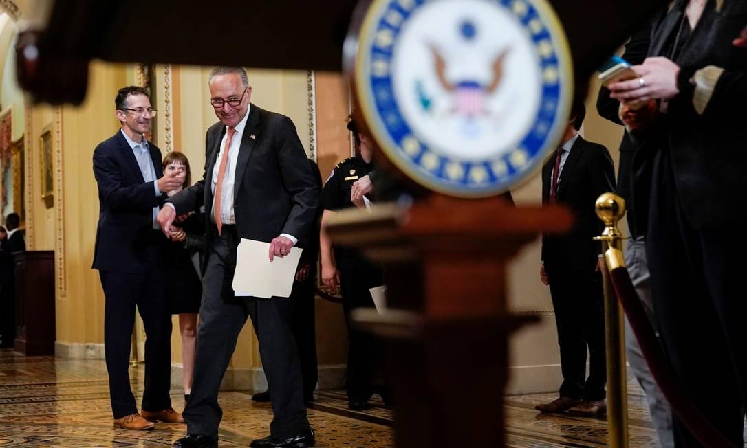 Chuck Schumer, líder da maioria democrata no Senado, fala com a imprensa depois de almoço do partido no Capitólio Foto: JOSHUA ROBERTS / REUTERS