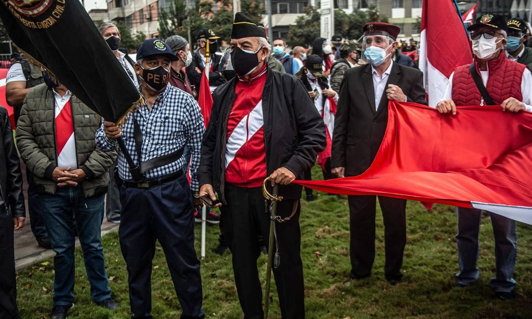 Militares da reserva protestam contra vitória de Pedro Castillo na eleição presidencial do Peru Foto: ERNESTO BENAVIDES / AFP