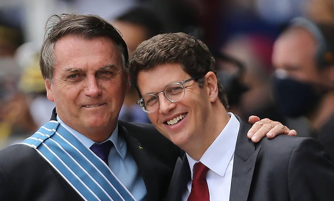 O presidente Jair Bolsonaro e o ministro Ricardo Salles participam de cerimônia na Base Aérea de Brasília Foto: Jorge William/Agência O Globo/21-10-2020