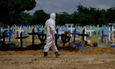 Enterro de vítima de Covid-19 no Cemitério Nossa Senhora Aparecida em Manaus (AM) Foto: Sandro Pereira/Fotoarena/Agência O Globo