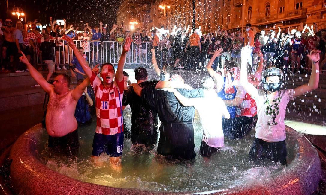 I tifosi croati fanno il bagno in una fontana in piazza Jelacic a Zagabria per celebrare la vittoria per 3-1 sulla Scozia. Foto: DENIS LOVROVIC / AFP