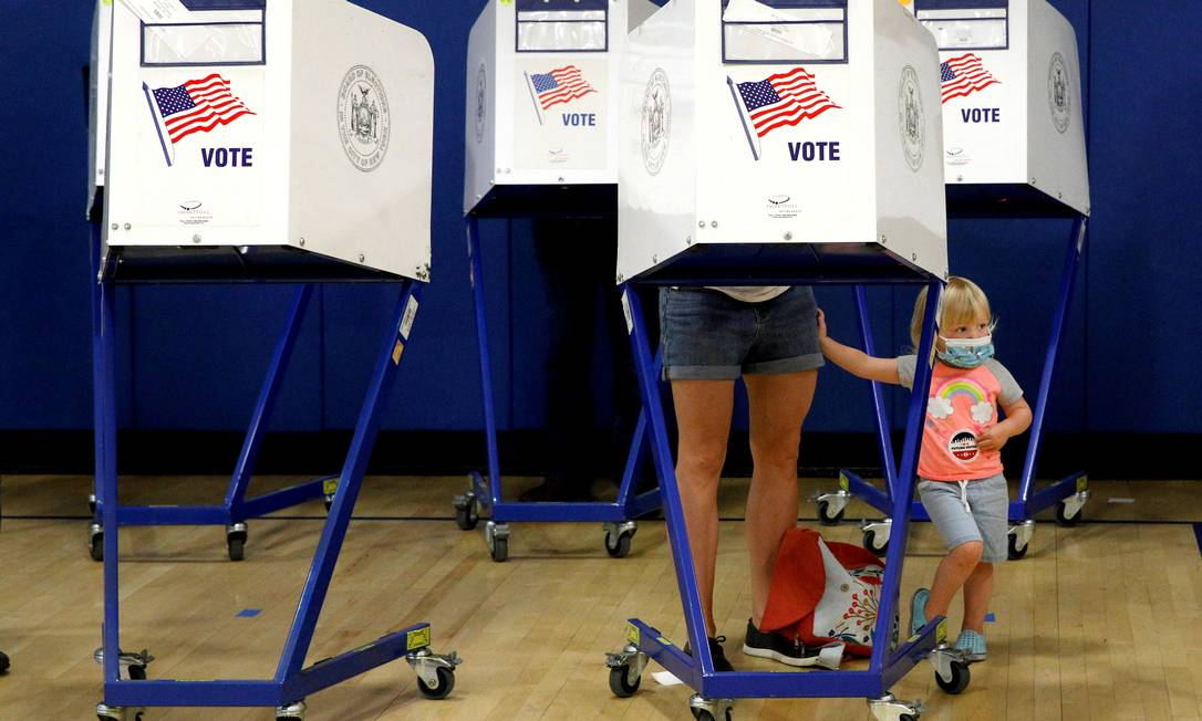 Gli elettori votano per scegliere il nuovo sindaco di New York City, USA Foto: BRENDAN MCDERMID / REUTERS