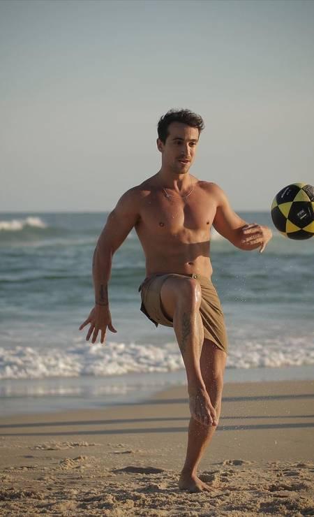 Mateus Viana joga altinha com amigos na praia do Leblon, onde morava Foto: Reprodução / Instagram