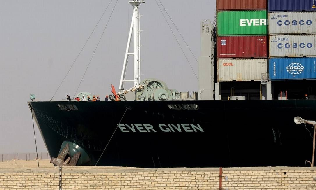 O Ever Given no Canal de Suez, após o desencalhe Foto: MOHAMED ABD EL GHANY / REUTERS