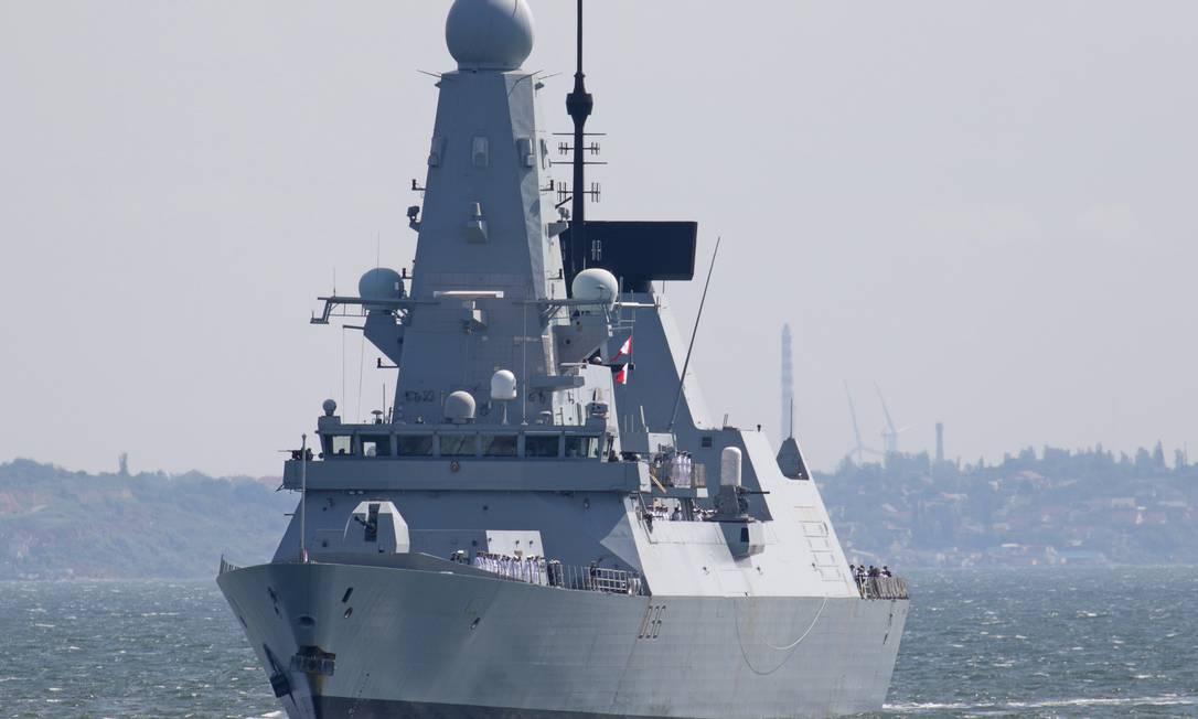 Contratorpedeiro HMS Defender, do Reino Unido, deixando o porto de Odessa (Ucrânia) no dia 18 de junho Foto: SERGEY SMOLENTSEV / REUTERS