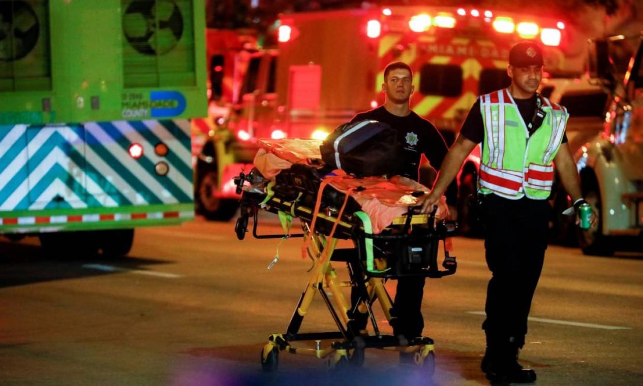 Pessoal de emergência trabalha no local de um desabamento parcial de um edifício em Miami Beach, Flórida, EUA, Foto: MARCO BELLO / REUTERS