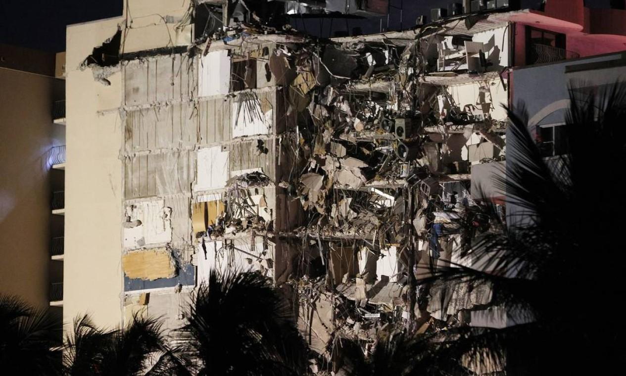 Uma parte da torre do condomínio de 12 andares desmoronou em Surfside, Flórida Foto: JOE RAEDLE / AFP