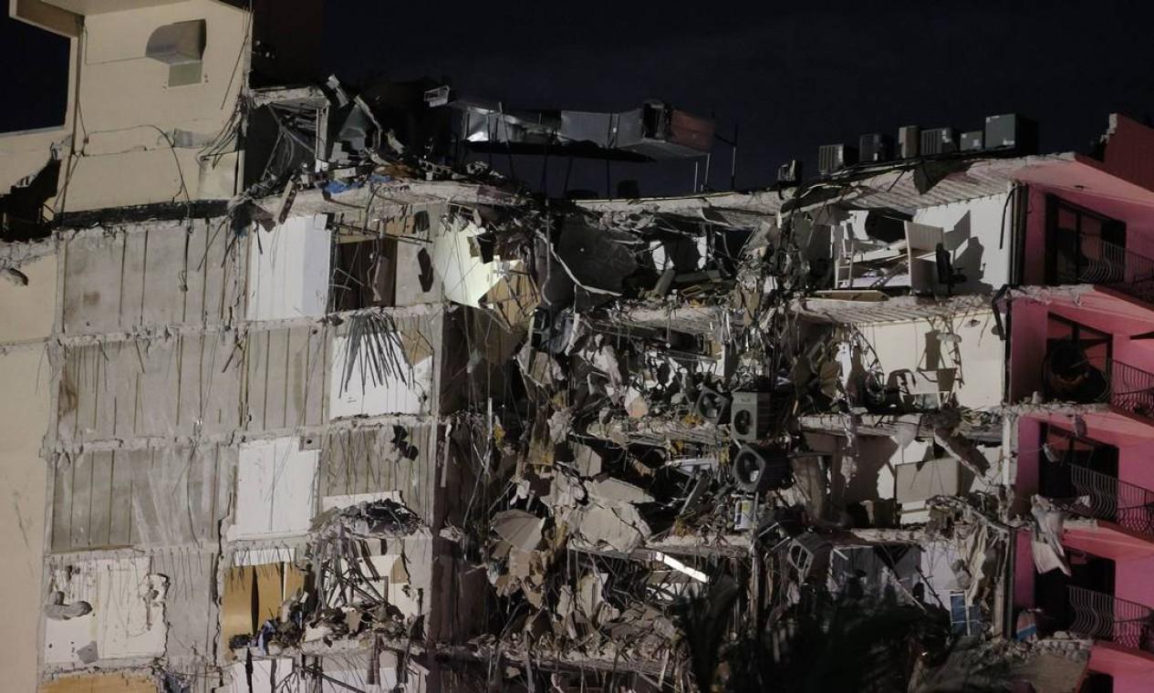 Um prédio de 12 andares desabou em Miami, na Flórida, Estados Unidos Foto: JOE RAEDLE / AFP