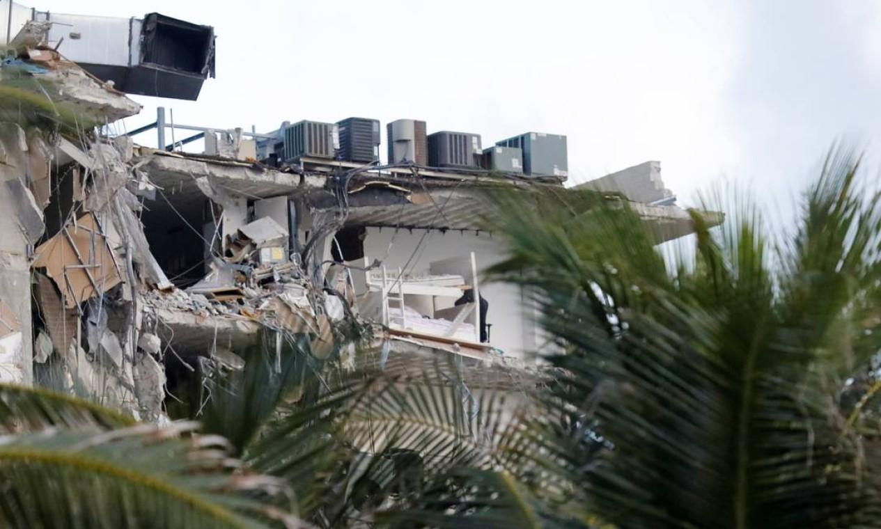 Um beliche é visto em um prédio parcialmente desabado em Miami Beach, Flórida, EUA, Foto: MARCO BELLO / REUTERS