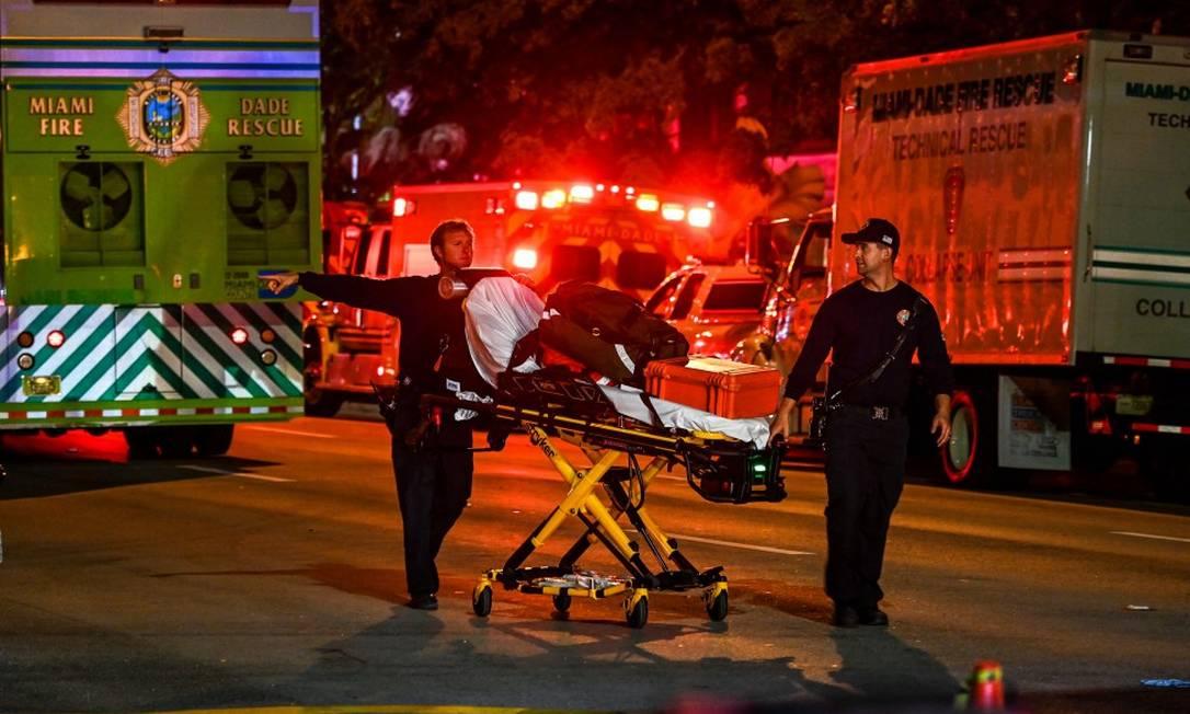 Ao menos 80 equipes de resgate trabalham no desabamento de um prédio em Miami, nos EUA Foto: CHANDAN KHANNA / AFP