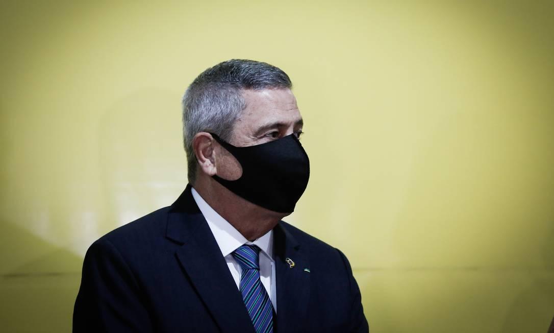 O ministro da Defesa, Walter Braga Netto, em visita a posto de vacinação em Brasília Foto: Pablo Jacob/Agência O Globo/05-05-2021