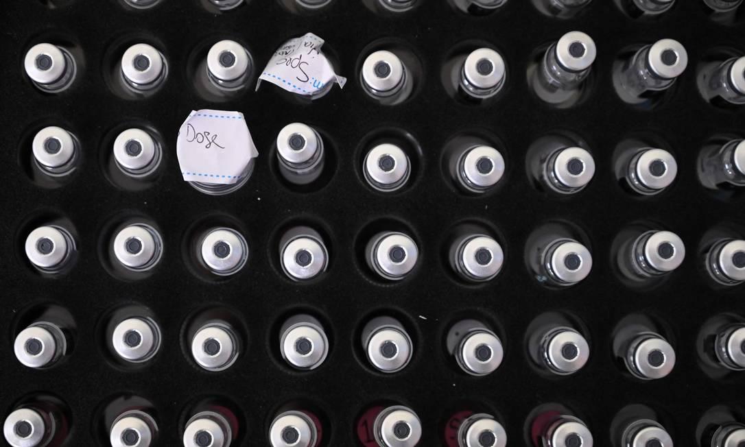 Frascos da vacina Pfizer/BioNTech contra Covid-19, em Londres Foto: DANIEL LEAL-OLIVAS / AFP