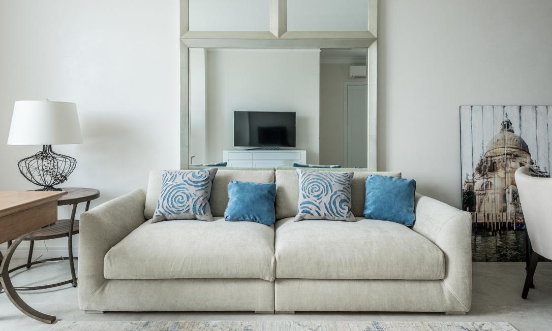 Evitar o hábito de comer e beber sentado no sofá é um passo importante para manter a limpeza do móvel. Foto: Divulgação