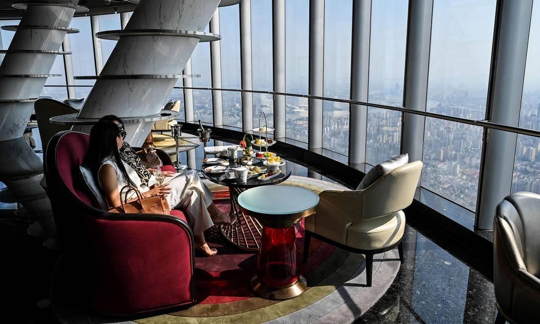 Chá a 470 metros de altura: hóspedes tomam chá no lobby do J Hotel Shanghai Tower, em Xangai, China, o mais alto do mundo Foto: HECTOR RETAMAL / AFP