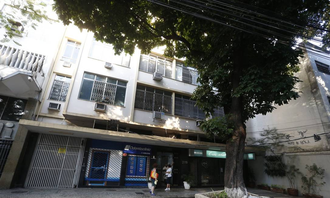 Prédio na Rua Conde de Bonfim, na Tijuca, onde menina de 12 anos caiu do quarto andar na manhã desta sexta-feira Foto: Fabiano Rocha / Agência O Globo