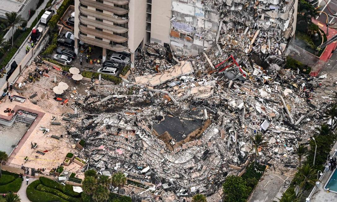 Prédio de 12 andares desabou parcialmente em Miami, nos Estados Unidos Foto: CHANDAN KHANNA / AFP