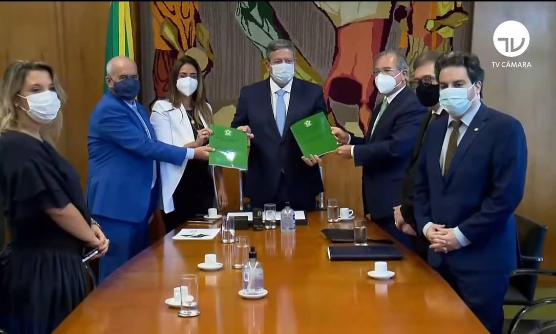 Os ministros Luiz Eduardo Ramos (Casa Civil), Flávia Arruda (Secretaria de Governo) e Paulo Guedes (Economia) entegam a Arthur Lira reforma no Imposto de Renda Foto: Reprodução