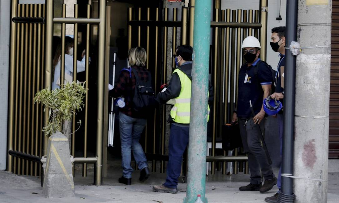 Policiais da 14ª DP e técnicos da Ceg inspecionam prédio no Leblon onde casal morreu no banheiro de apartamento Foto: Marcia Foletto / Agência O Globo