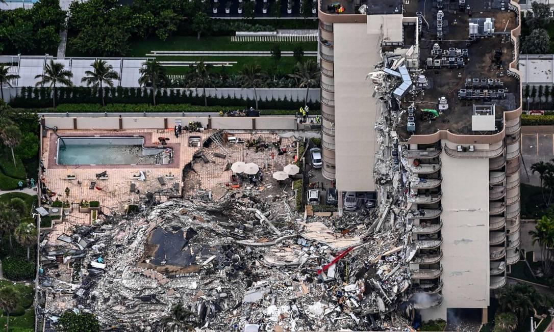 Prédio de 12 andares desabou parcialmente em Miami e atingiu 55 apartamentos Foto: CHANDAN KHANNA / AFP