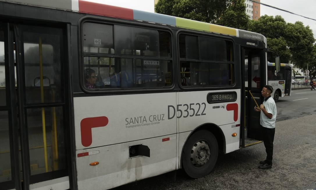 RI Rio de Janeiro (RJ) 17/05/2018 - Ônibus mal conservados circulam pela cidade. Linha 369 Bangu-Centro circula com a tampa do combustível aberta. Foto de Gabriel de Paiva/ Agência O Globo Foto: Gabriel de Paiva / Agência O Globo