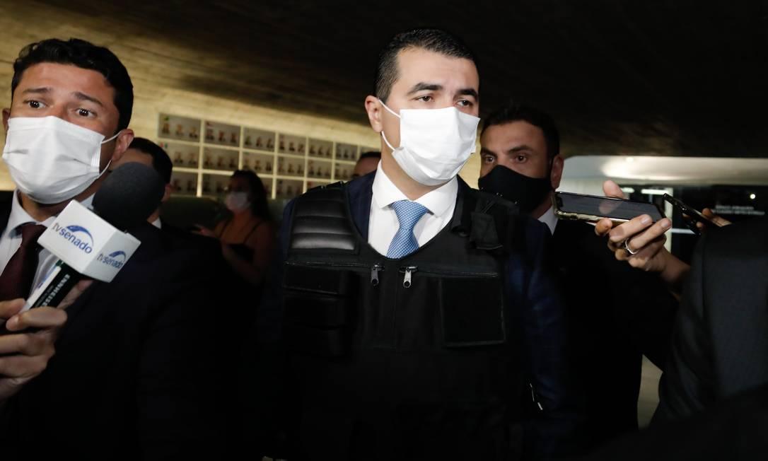 Deputado Luis Miranda (DEM-DF) chega à CPI da Covid, no Senado, vestindo um colete à prova de balas Foto: PABLO JACOB / Agência O Globo