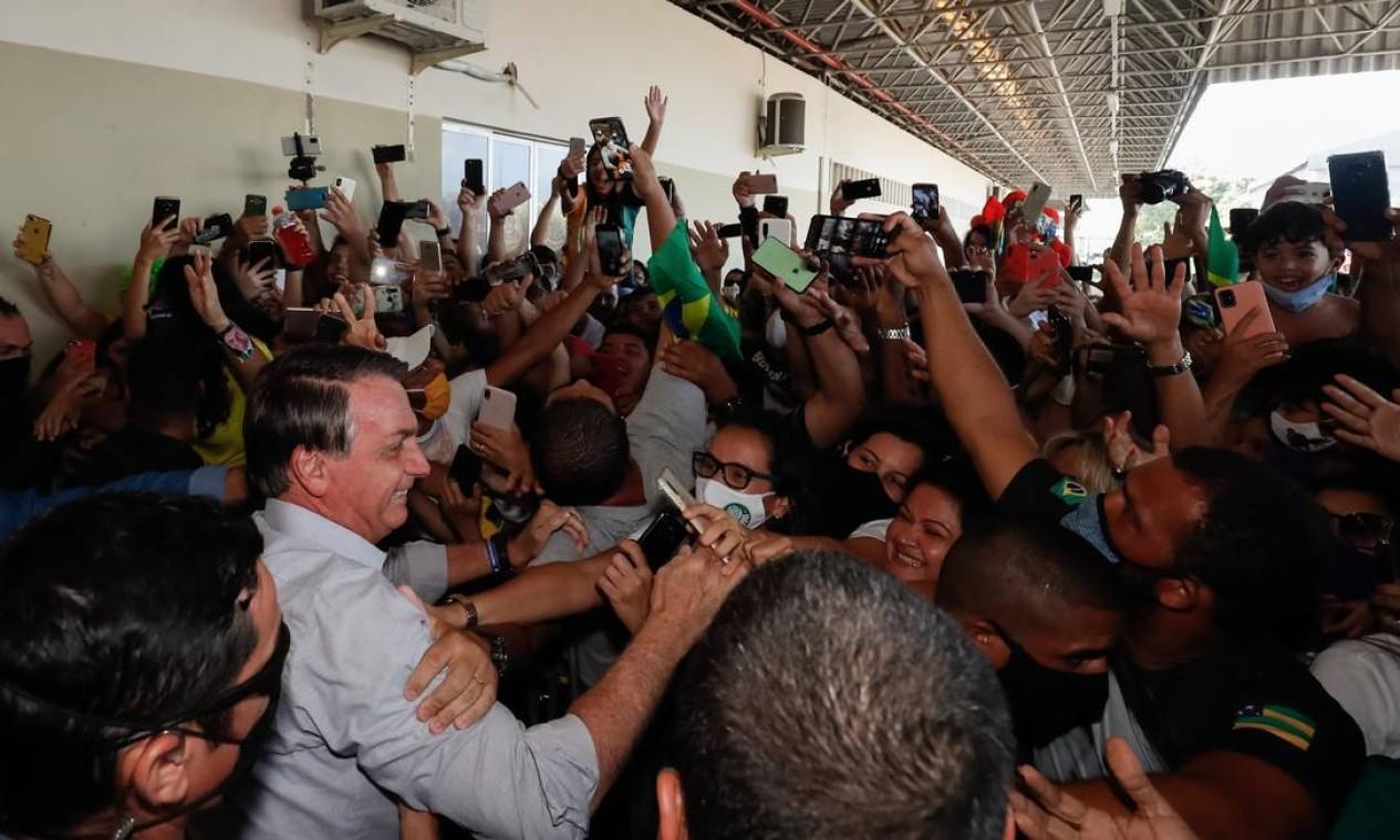 Bolsonaro causa aglomeração no desembarque na cidade de Aracaju, e não usa máscara ao cumprimentar apoiadores Foto: Alan Santos/PR