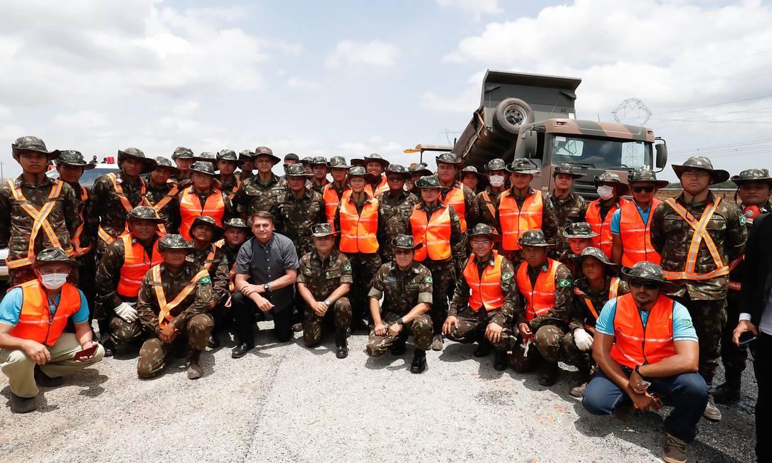 Bolsonaro com funcionários das obras de restauração da rodovia BR-135, em São Luís, Maranhão Foto: Alan Santos/PR / Alan Santos / PR - 29/10/2020