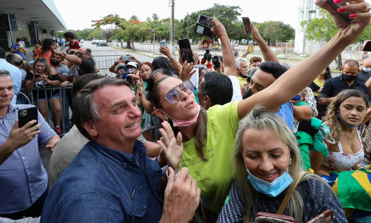 Sem máscara, Bolsonaro tira selfie com apoiadores aglomerados na chegada à cidade de Fortaleza, no ceará Foto: Clauber Cleber Caetano / PR - 26/02/2021
