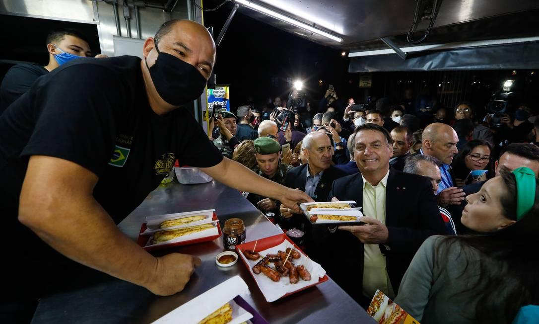 Jair Bolsonaro, acompanhado de ministros, vai à praça próximo à Academia Militar das Agulhas Negras (Aman), em Resente (RJ), para comer cachorro-quente Foto: Carolina Antunes / PR - 23/09/2020