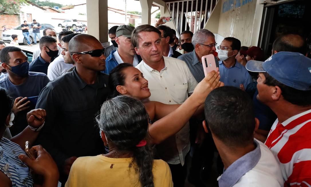 Parada para tirar foto com apoiadores sem usar máscar, no Município de Catolândia, Bahia Foto: Alan Santos / PR - 21/01/2021