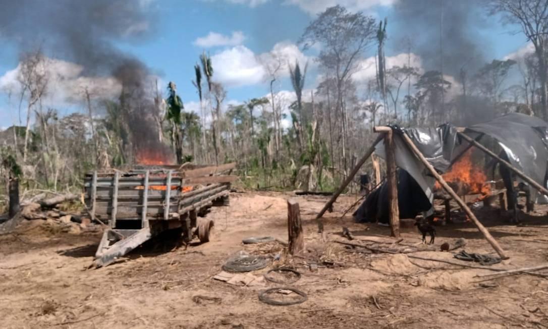 Ao todo, foram apreendidas três motosserras e três acampamentos foram queimados na terra indígena Piripkura. Foto: Divulgalção