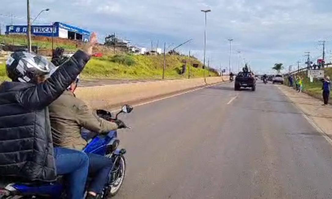Presidente acena para apoiadores enquanto lidera passeio de moto em Chapecó Foto: Reprodução
