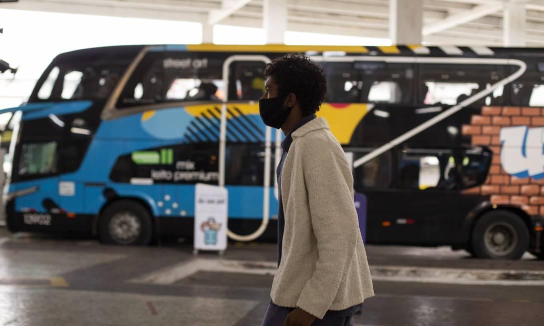 Peter, que deixou MG para conhecer o Rio, caminha pela Rodoviária do Rio: volta para casa com ajuda da Operação Segurança Presente Foto: Gabriel Monteiro / Agência O Globo