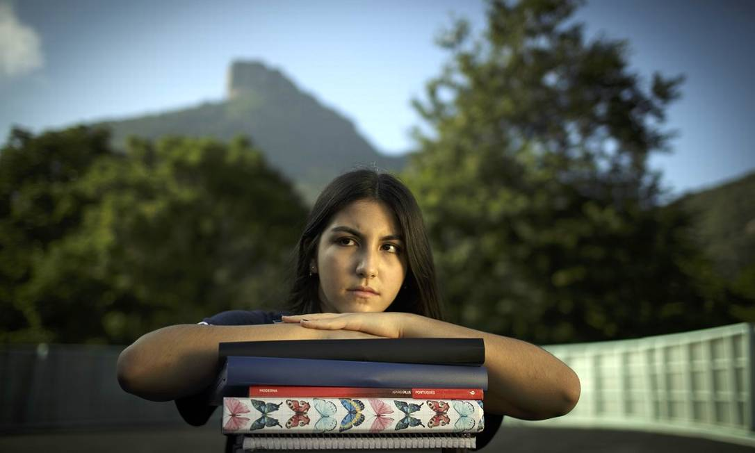 Aluna de escola privada, no Rio, Giulia Kim só teve aulas híbridas suspensas este ano quando o estado aderiu ao superferiado, em março Foto: Márcia Foletto / Agência O Globo