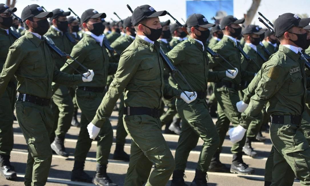 Integrantes do grupo paramilitar Hashed al-Shaabi, apoiado pelo Irã, durante parada na província iraquiana de Diyala Foto: - / AFP