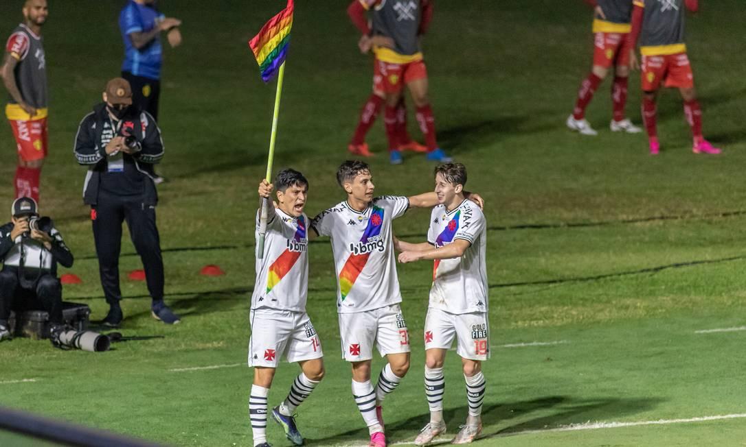 Cano comemora o primeiro gol do Vasco levantando a bandeirinha de escanteio com as cores do arco-íris Foto: Ofotográfico / Agência O Globo