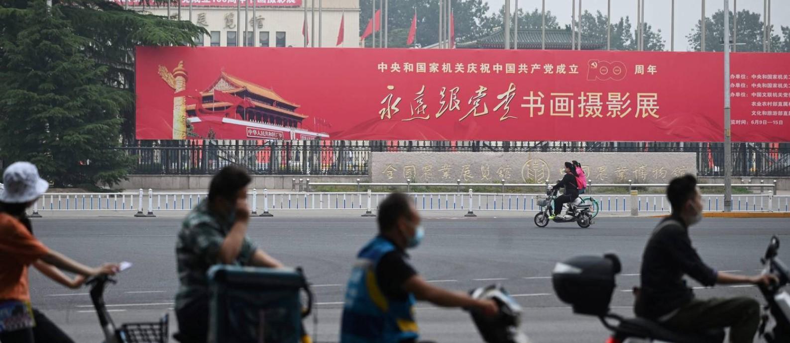 """Na fachada de uma exposição de caligrafia e pintura sobre o centenário do PC em Pequim, outdoor pede que chineses """"sigam o partido"""" Foto: GREG BAKER / AFP"""
