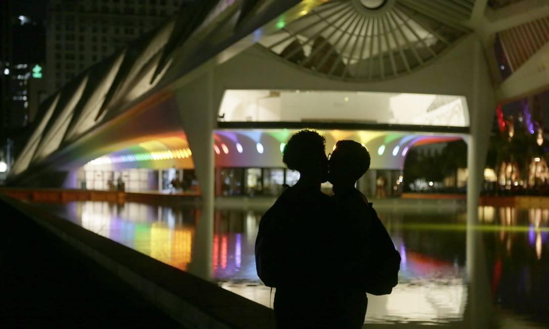 Prefeitura do Rio ilumina locais turísticos com as cores do Orgulho LGBTQIAP+. Na foto, Welson e João Pedro, namorados, em frente ao Museu do Amanhã Foto: Custódio Coimbra / Agência O Globo