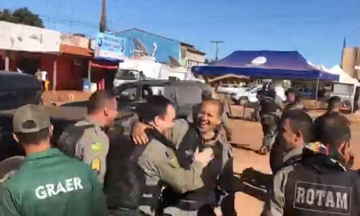 Policiais comemoram a cptura do criminoso. Nas últimas horas de buscas a Lázaro, a força-tarefa criada para prendê-lo se concentrou num bairro de Águas Lindas de Goiás Foto: Reprodução
